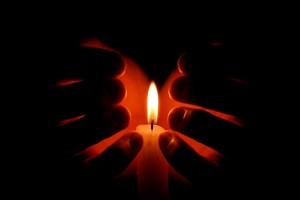 Herz in Deiner Hand - Hände umschlingen brennende Kerze